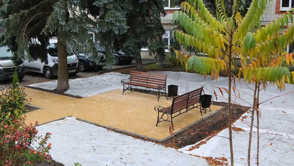 В Брянске на месте пустыря появился уютный скверик