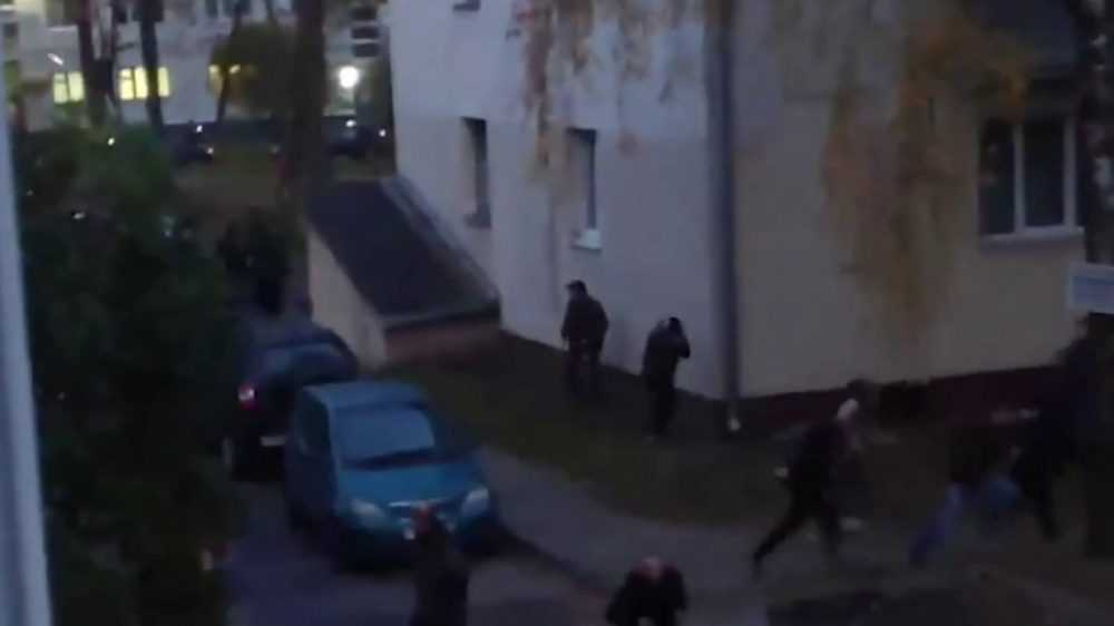 Белорусские силовики пошли на протестующих с гранатами
