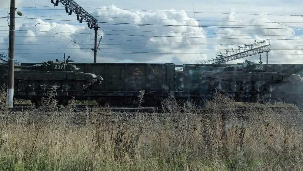 В Брянск сфотографировали эшелон военной техники