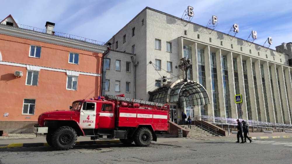 В Брянске спасатели провели дезинфекцию железнодорожного вокзала