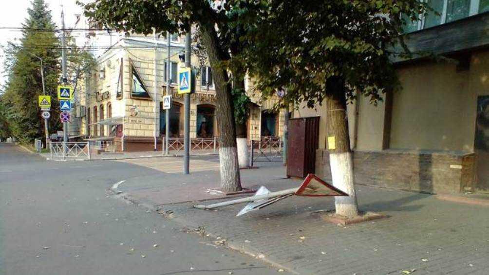 В центре Брянска неизвестные вредители сломали дорожный знак