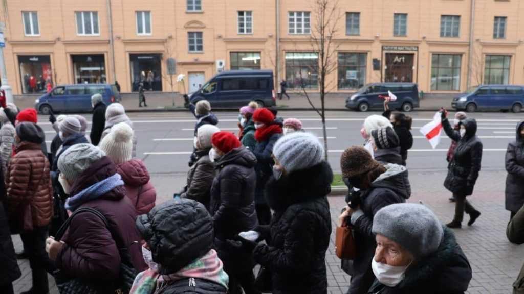 В Белоруссии против пенсионеров вышли бойцы ОМОН