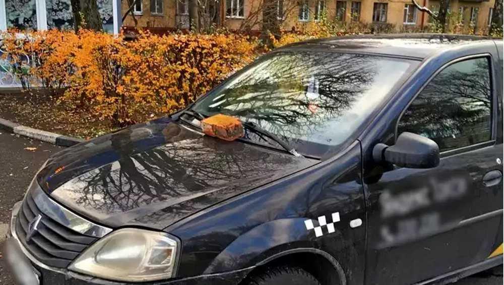 В Брянске за незаконную парковку водителю пригрозили кирпичом
