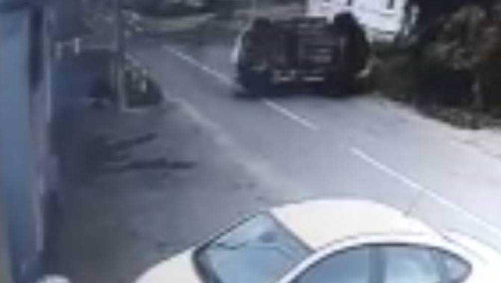 В Карачеве Брянской области возле автосервиса перевернулся автомобиль