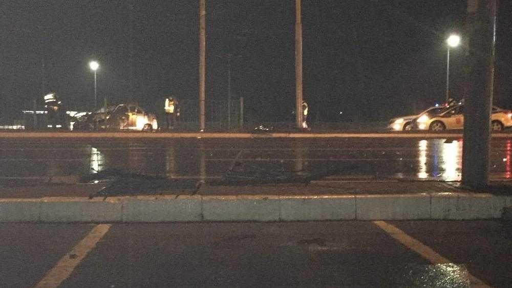 В Брянске возле Metro разбился автомобиль