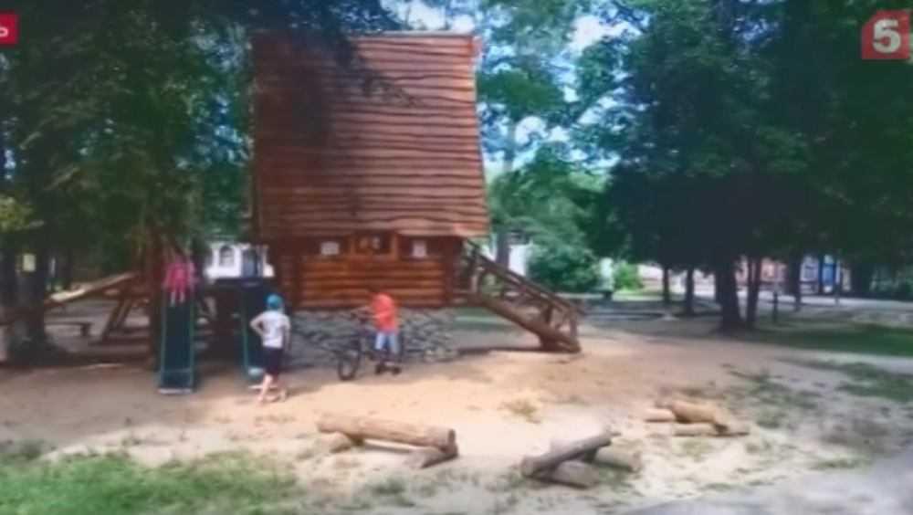 Сломанную избушку брянской Бабы Яги показали по федеральному телеканалу