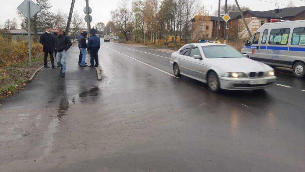 В Белых Берегах на отремонтированной дороге нашли неубранный мусор