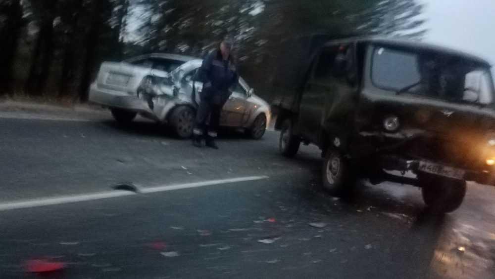 Под Брянском на объездной дороге столкнулись легковушка и УАЗ