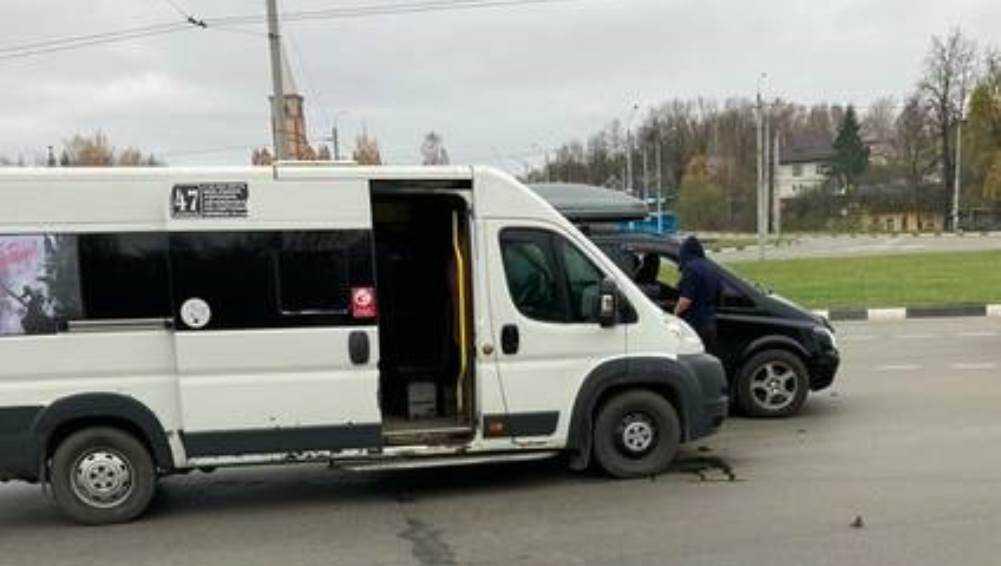 В Брянске у памятника Болгарам столкнулись маршрутка № 47 и легковушка