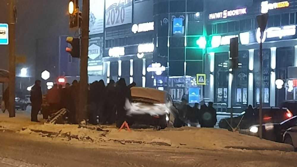 В Брянске автомобиль выскочил на тротуар возле ТЦ «Океан Плаза»