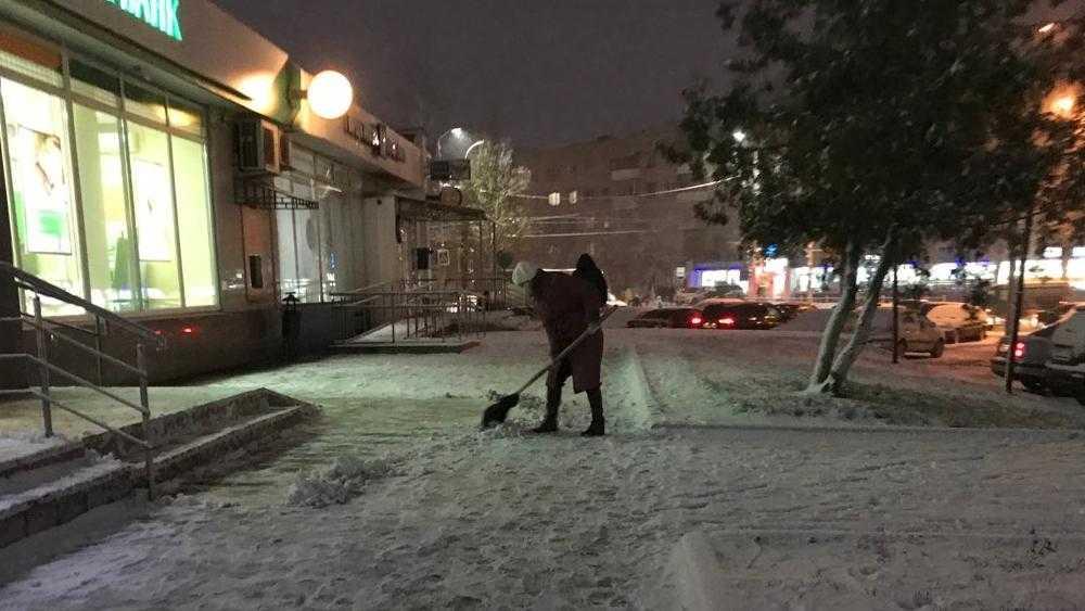 В Брянске первые дворники вышли на снежную передовую