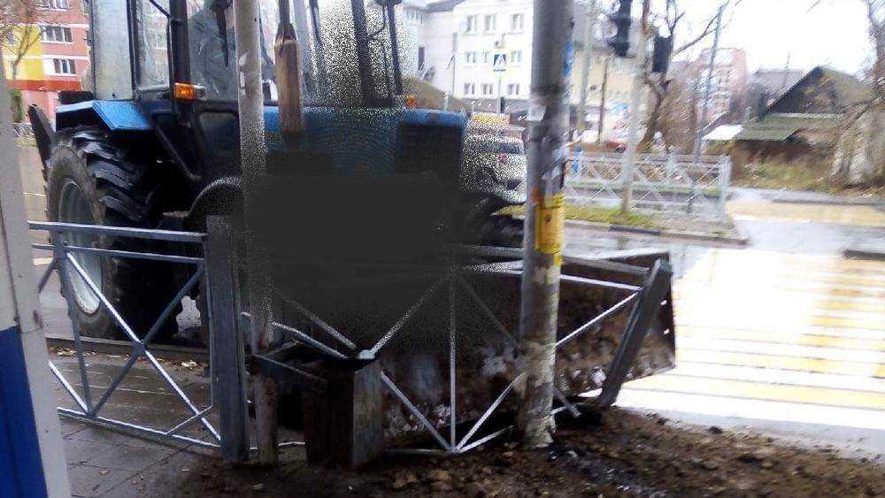 В Брянске трактор протаранил забор и столб возле остановки