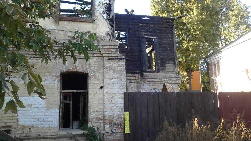 В Брянске сгоревший дом на Красноармейской стал серьезной опасностью