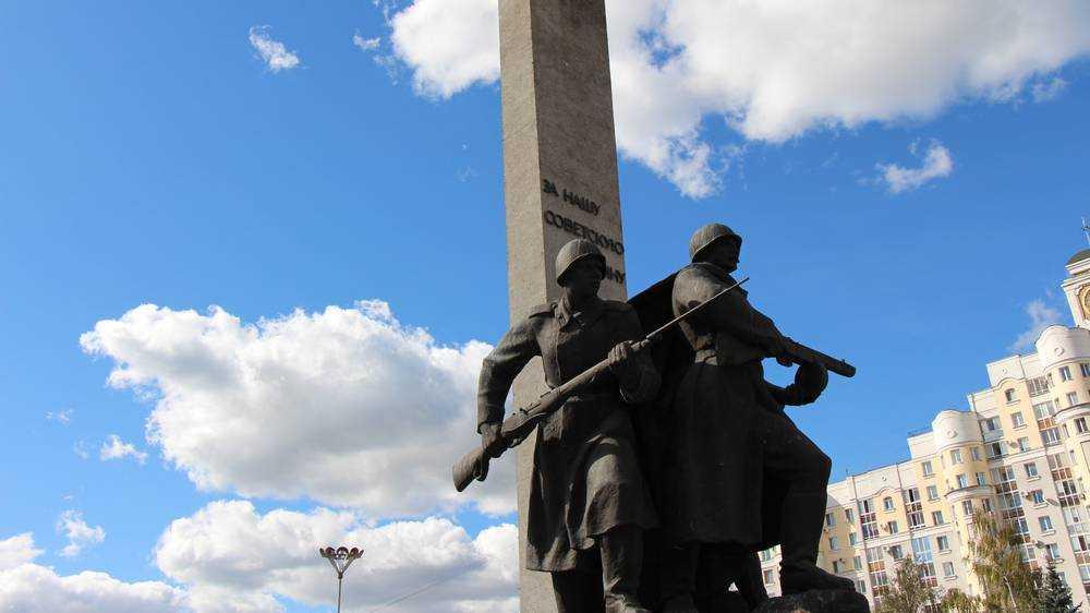В Брянске отмыли измалеванный вандалами памятник на площади Партизан