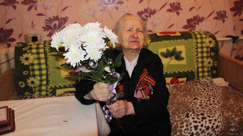 Почетную грамоту ветерану войны вручили в профессиональный праздник