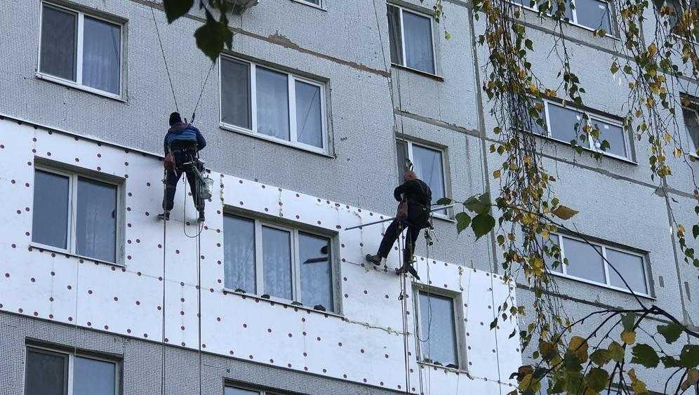 Жители Брянска начали утеплять стены домов