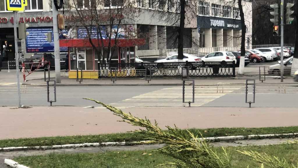 Возле диагностического центра в Брянске появился несуразный киоск