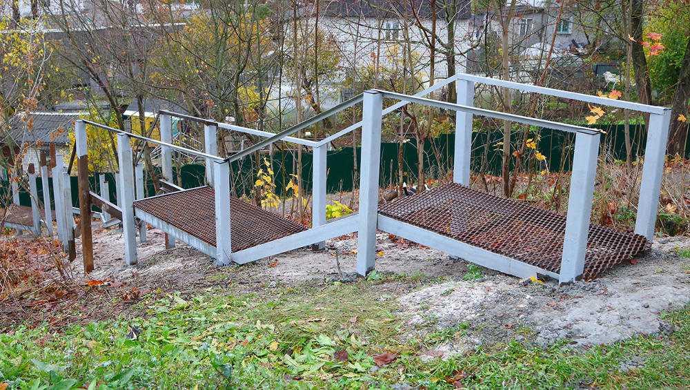 В Брянске на крутых склонах старые лестницы заменят металлическими
