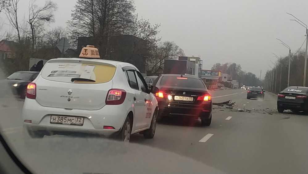В Брянске на улице Флотской автомобиль такси попал в массовое ДТП