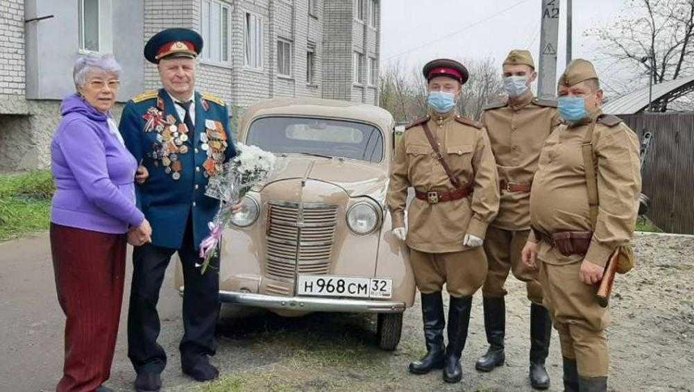 Брянские волонтеры приехали к ветеранам на ретроавтомобиле