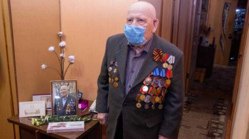 Власти Брянска поздравили с 95-летием сталевара Александра Мельникова