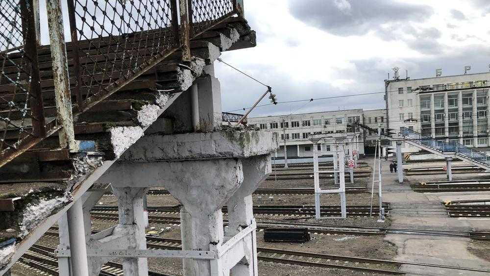 В Брянске у железнодорожного вокзала снесли аварийный пешеходный мост