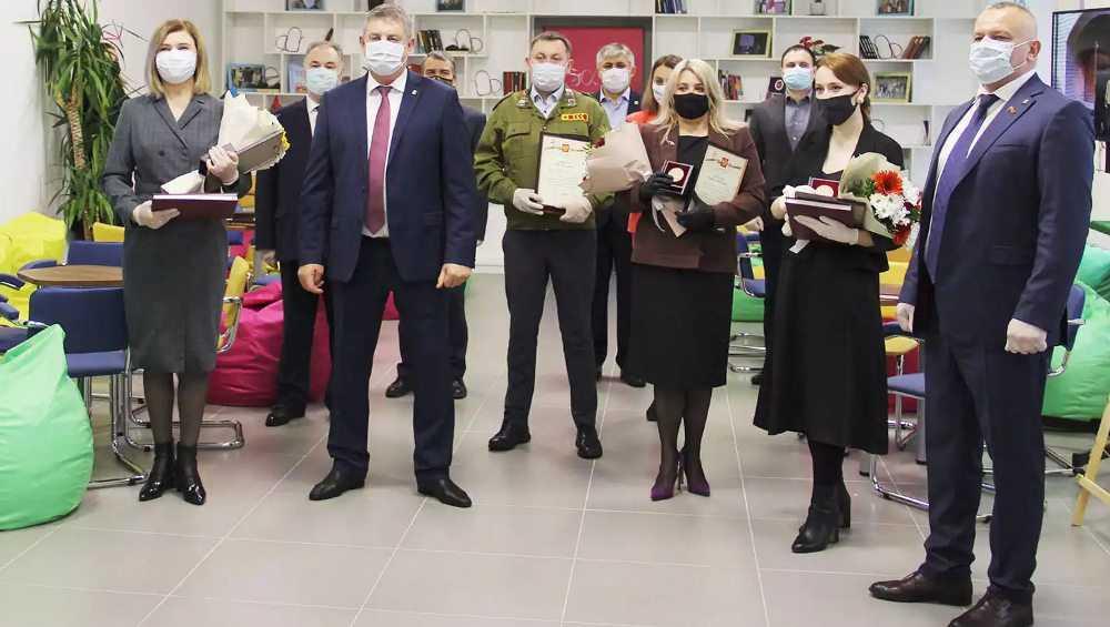 Губернатор Богомаз наградил брянцев за патриотическое воспитание