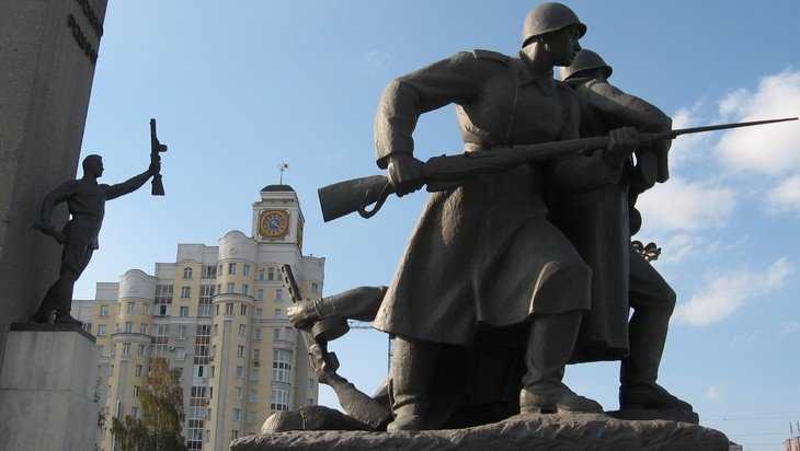 В Брянске на площади Партизан вандалы изрисовали памятник