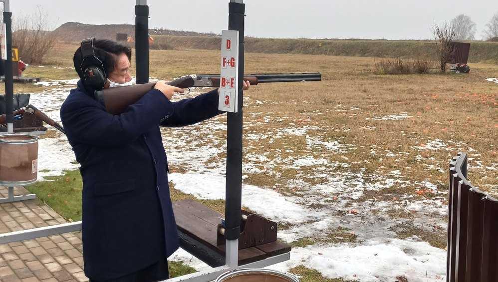 В Брянске посол Японии из ружья расстрелял движущиеся мишени