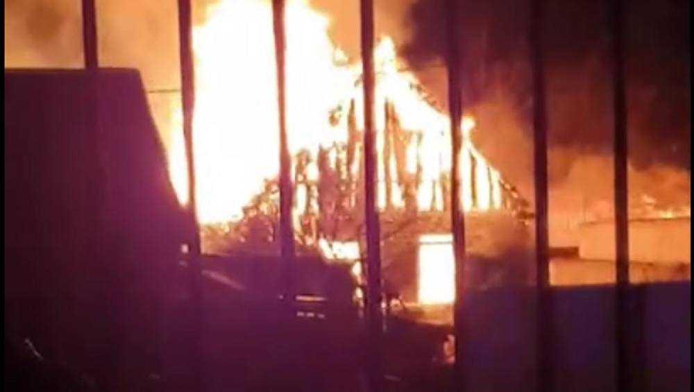 В Брянске сняли видео пожара во дворе цыганского дома