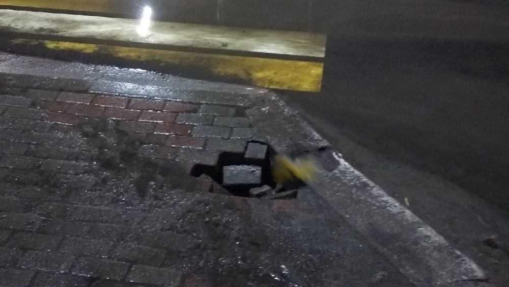 В Брянске на тротуаре перед пешеходным переходом образовался провал