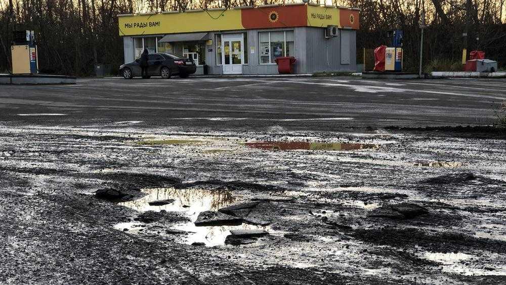 Название «Роснефти» потускнело в грязных лужах Фокино