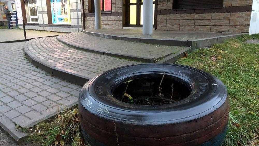 Коммунальщиков обязали очистить дворы в Брянске от старых автошин
