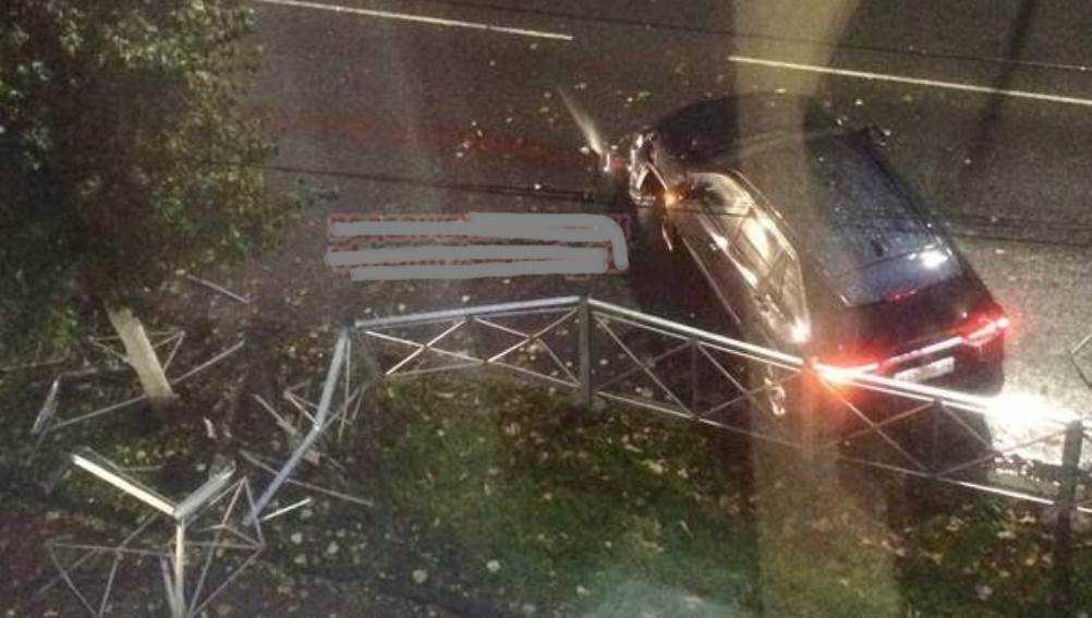В центре Брянска легковушка снесла дорожное ограждение