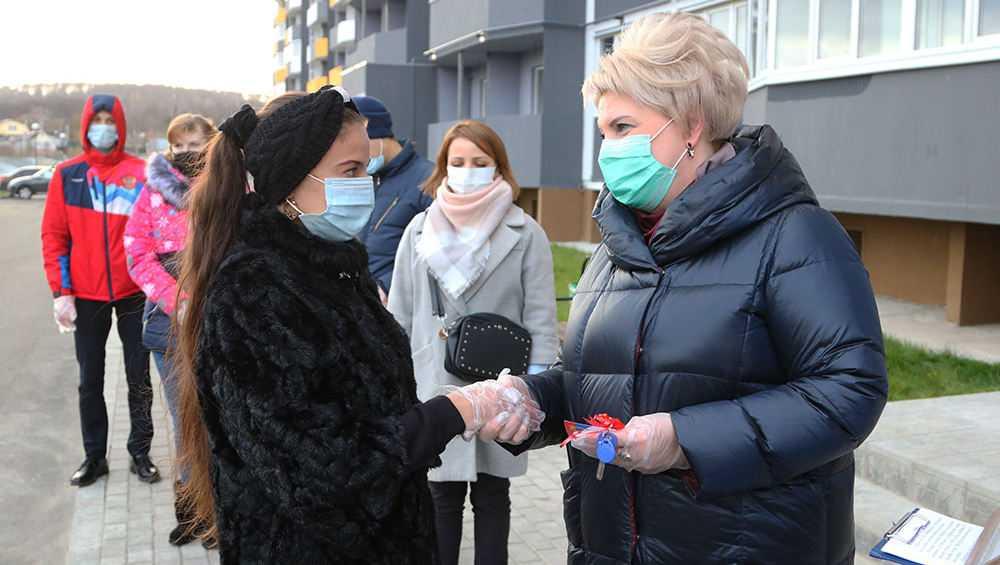 В Брянске пяти сиротам вручили ключи от квартир