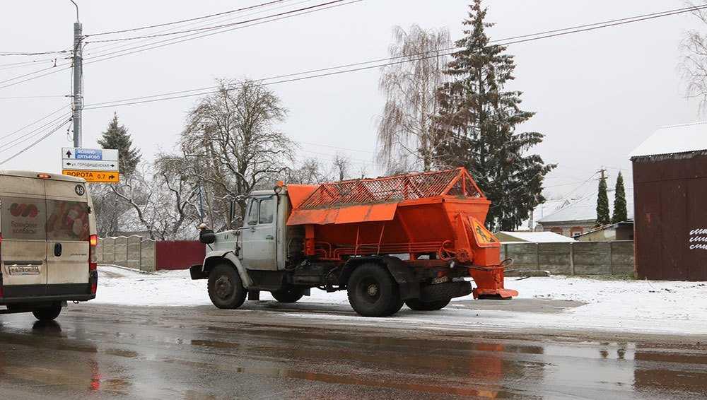 В Брянске на борьбу со снегом и гололёдом вывели 64 машины