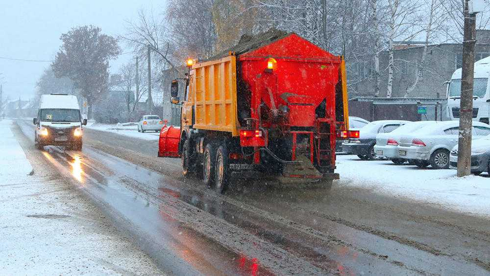 На уборку первого снега в Брянске на дороги выехали более 40 спецмашин