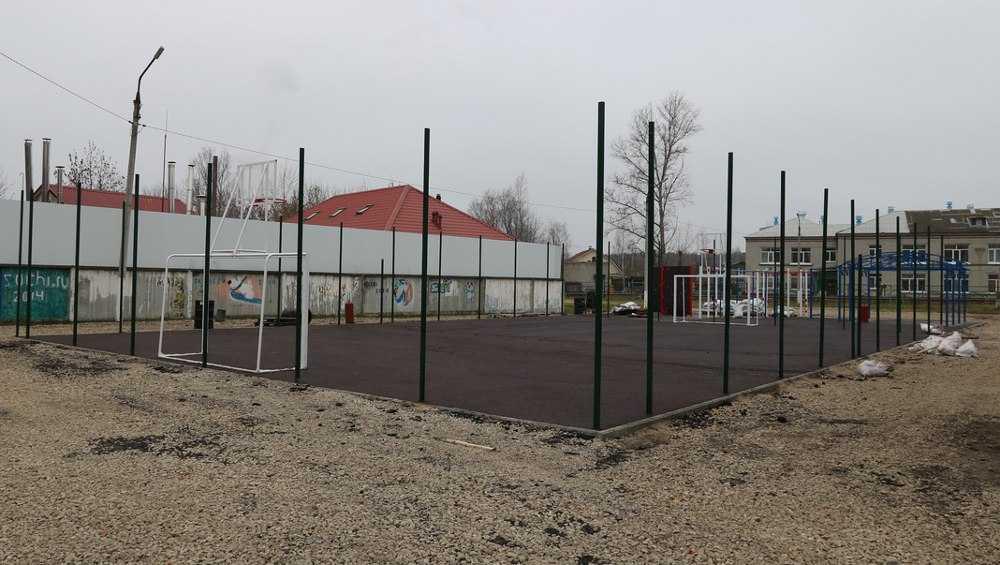 В Бежице скоро сдадут новую спортплощадку возле школы № 42