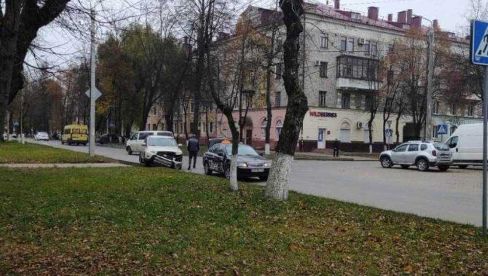 В Брянске такси попало в ДТП на улице Комсомольской