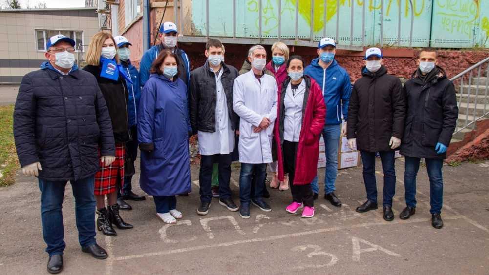 В Брянске депутаты передали сладости и шампуни коронавирусным госпиталям
