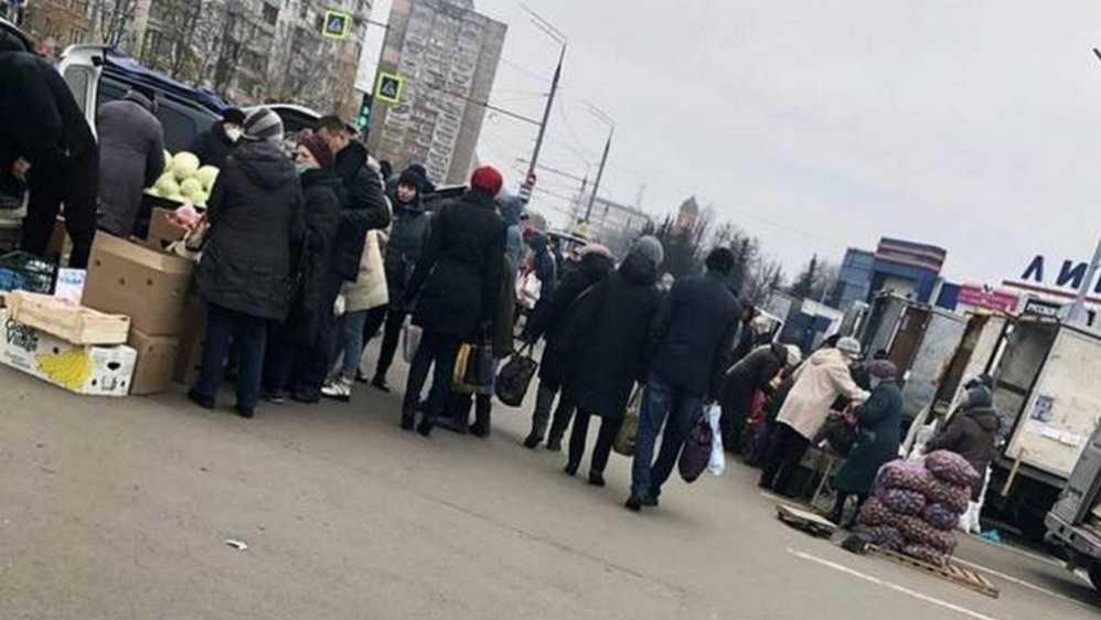 Жителя Брянска возмутили нарушители дистанции на ярмарке возле «Линии»