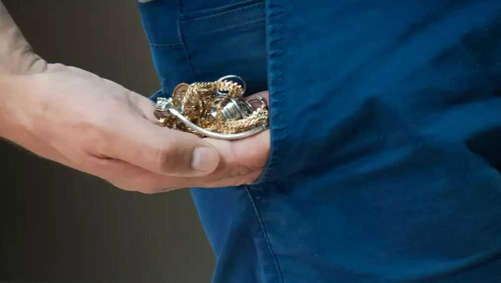 Брянец «отблагодарил» знакомую кражей ее золотых украшений