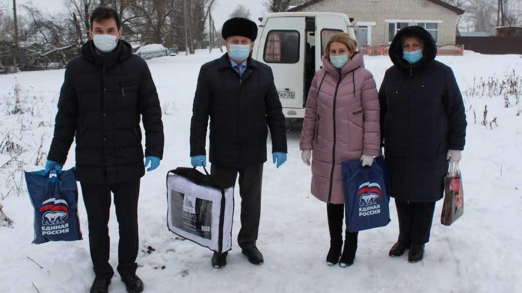 В Суземке подарили новогодние подарки многодетным и малообеспеченным семьям