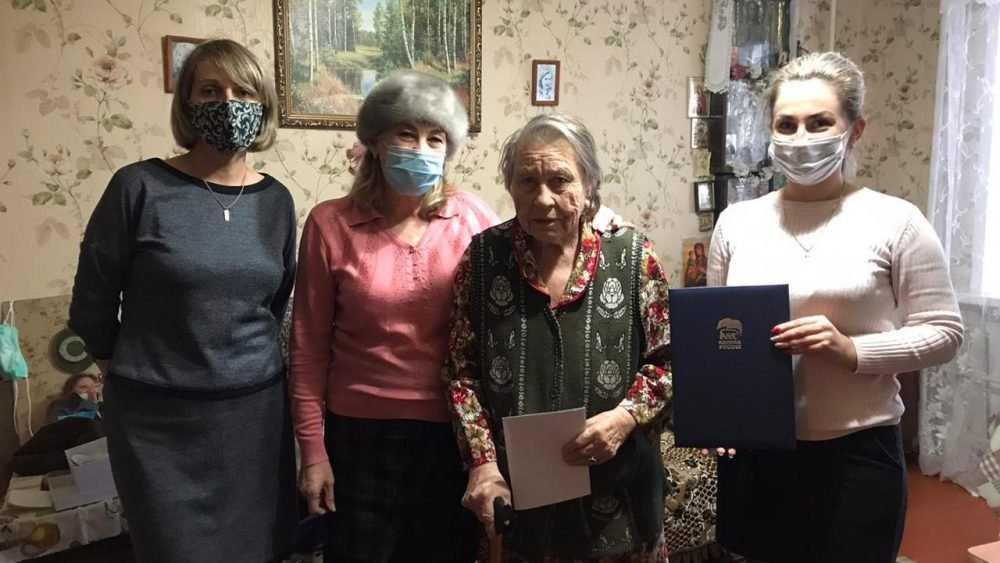 Долгожительница из Трубчевска принимает поздравления от президента и «Единой России»