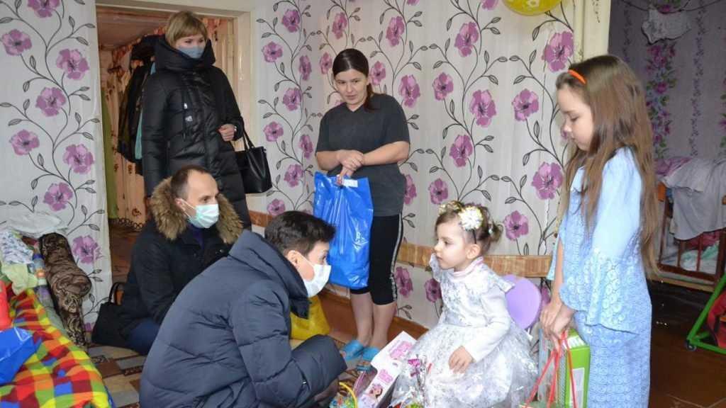 Сладкие подарки и другие презенты от депутатов радуют юных жителей региона