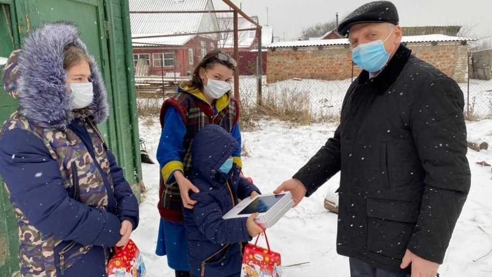 От сладких подарков до планшета — В Новозыбкове единороссы поздравляют малышей