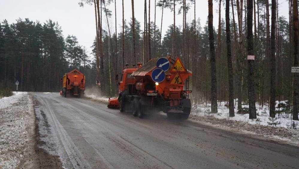 В Брянской области на борьбу с гололёдом вывели более сотни машин