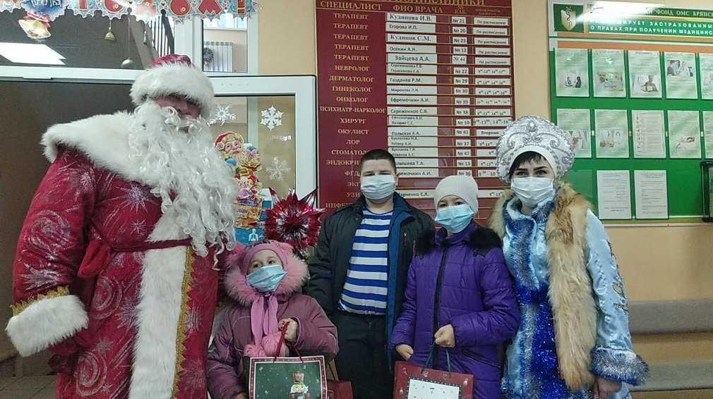 В Комаричах Дед Мороз и Снегурочка поздравили детей медработников