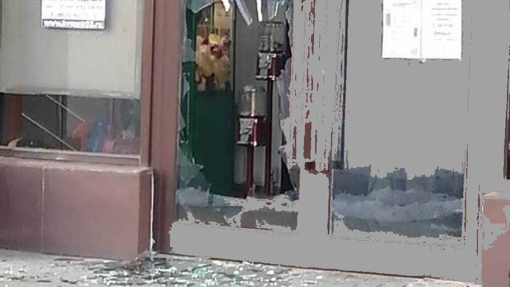 В Брянске неизвестный хулиган разбил стеклянную дверь магазина