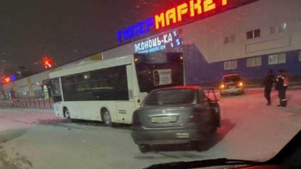 В Брянске автобус попал в ДТП на улице Бурова